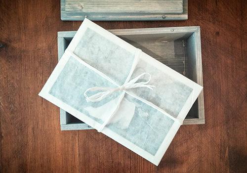 stampe fine art confezionate estratte da box in legno aperto