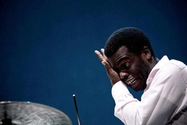 Greg Hutchinson batterista jazz si asciuga il sudore durante concerto