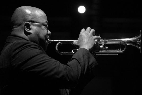 Ron Tooley suona la tromba in concerto
