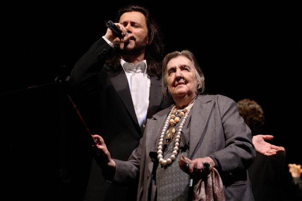 Alda Merini e Giovanni Nuti durante uno spettacolo