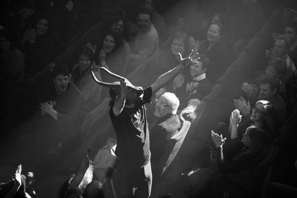Vinicio Capossela con maschera da minotauro tra il pubblico durante concerto