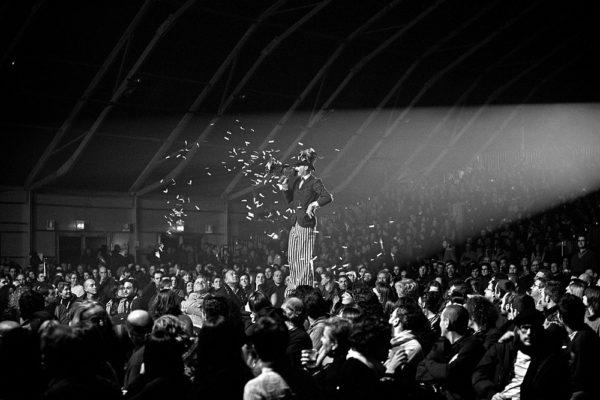 Trampoliere con megafono durante concerto di Vinicio Capossela