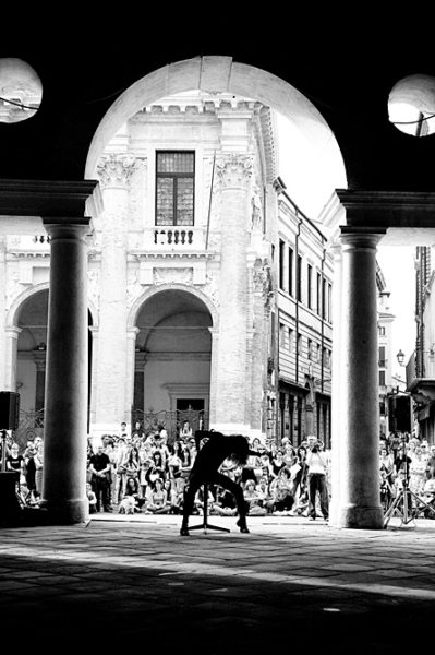 danza urbana nel centro storico di vicenza sotto la basilica palladiana in piazza dei signori