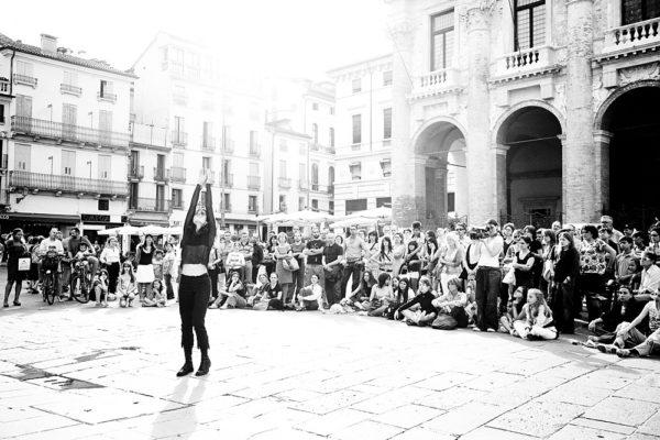 danza urbana in piazza dei signori nel centro storico di vicenza