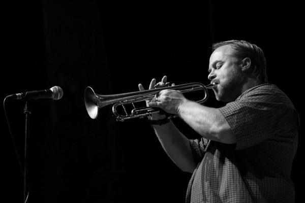 Kyle Gregory suona la tromba in concerto