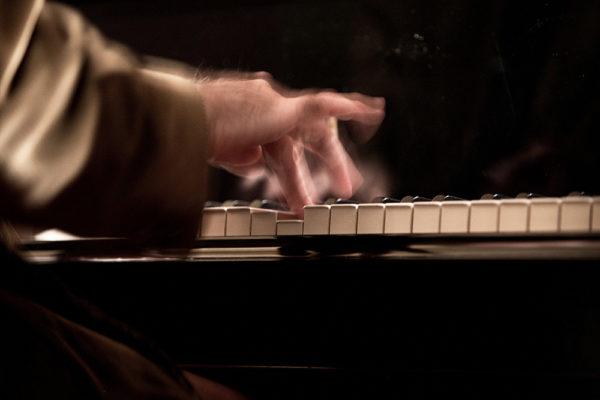 primo piano della mani di un pianista mentre suona