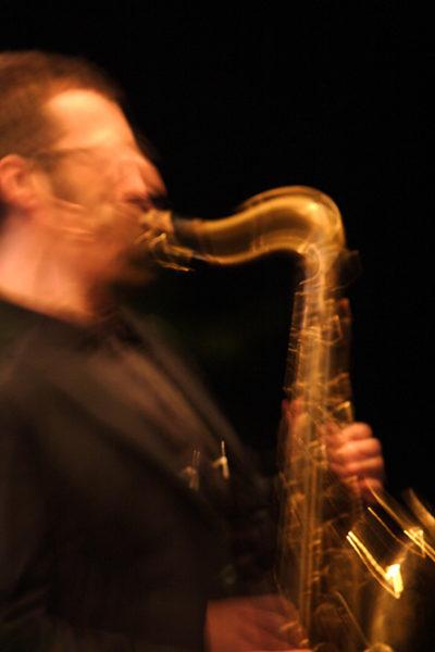 michele polga suona sax in concerto