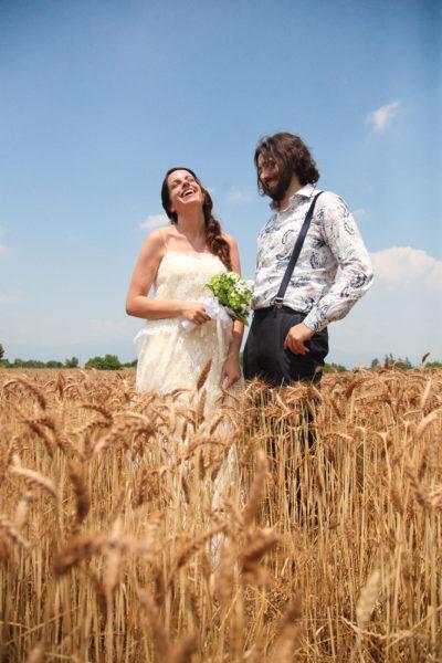 matrimonio vicenza sposi ridono felici campo grano giallo cielo blu