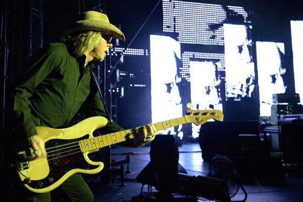 Mike Mills dei REM durante un concerto