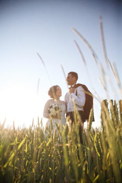 fotografo matrimonio padova sposi sorridono campo grano