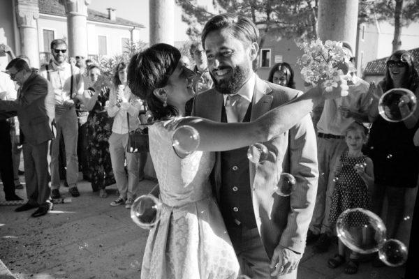fotografo matrimonio sposi felici sorridono bolle sapone municipio brendola provincia vicenza amici applausi