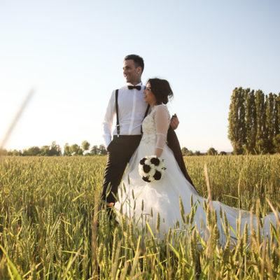 foto matrimonio padova sposi sorridono guardano orizzonte campo grano verde