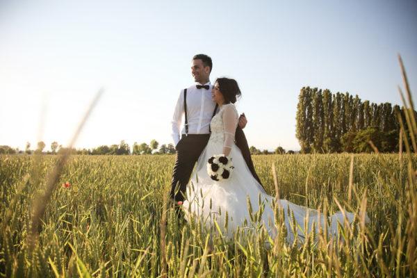 sposi in campo di grano