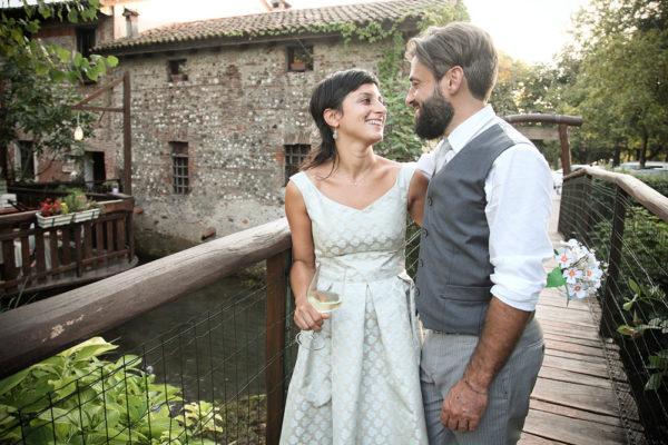 fotografo servizio matrimonio ritratto sposi guardano sorridono ponte legno trattoria molin vecio caldogno vicenza
