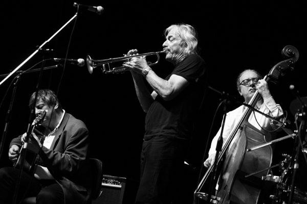 Enrico Rava alla tromba Philip Catherine alla chitarra e Aldo Romano alla batteria durante concerto