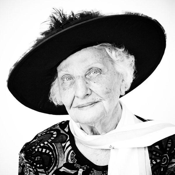 anziana con foulard e cappello