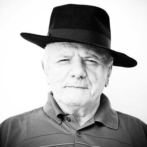 primo piano anziano con cappello nero