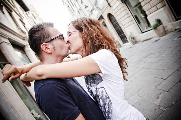coppia fidanzati engagement foto bacio centro vicenza