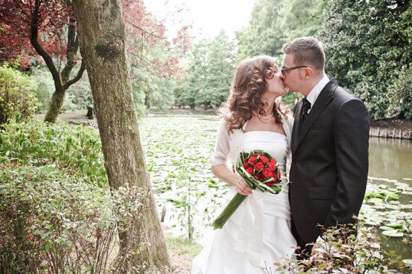 bacio sposi davanti a laghetto