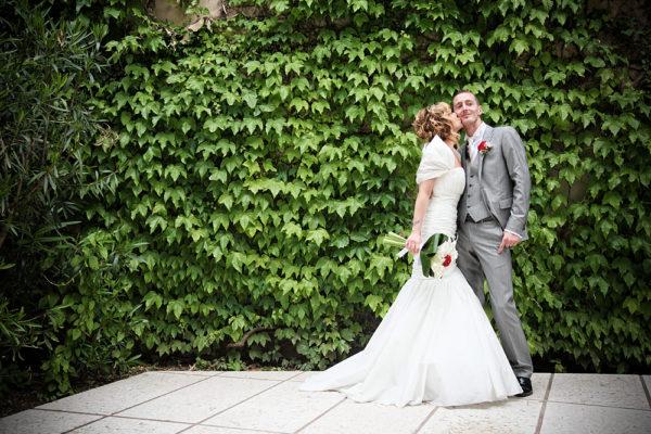 matrimonio-sposi-bacio-pergola-sarcedo-muro-foglie-fotografo