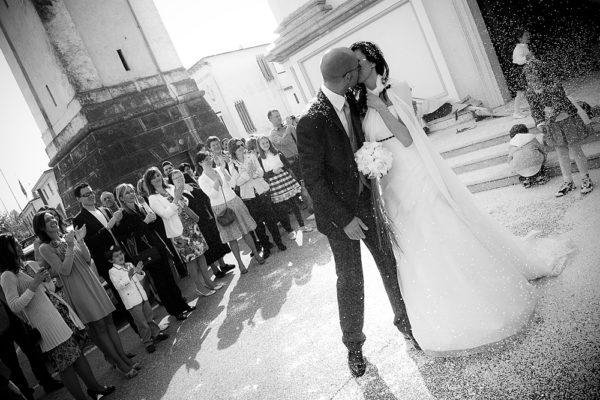 matrimonio-vicenza-fotografo-chiesa-sposi-riso-bacio-applausi