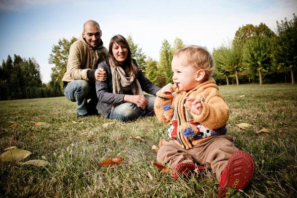 famiglia vicenza bambina seduta prato genitori
