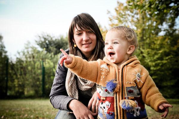 bambina e mamma giocano parco vicenza fotografo famiglia