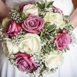 bouquet rose bianche rosa matrimonio sposa durante vestizione preparativi