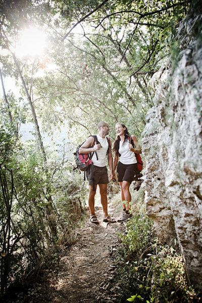coppia ragazzi futuri sposi sorridono sentiero costeggia parte rocciosa lumignano vicenza fotografo famiglie