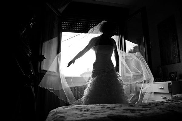 vicenza-fotografo-matrimonio-sposa-vestizione-vestito-finestra