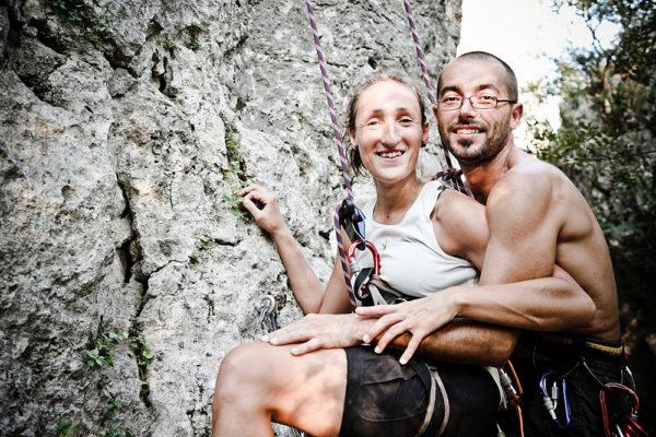 fotografo engagement vicenza fidanzati abbracciati arrampicano parete rocciosa