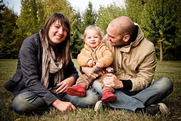 vicenza fotografo famiglia mamma papà bambina seduti parco
