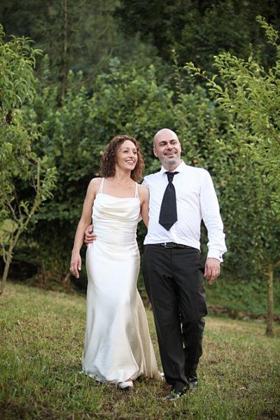 sposi camminano sulle colline di vicenza
