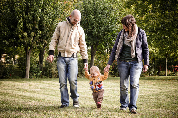 genitori camminano tenendo per mano bambina parco vicenza