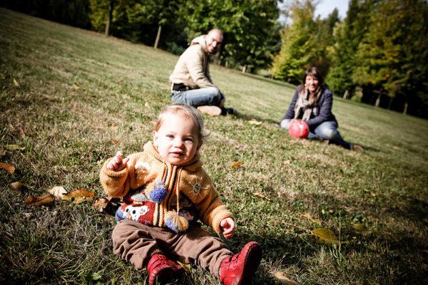 famiglia fotografia vicenza bambina con genitori sullo sfondo parco autunno