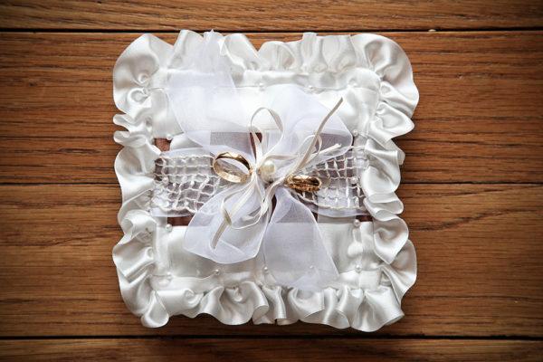 matrimonio-anelli-cuscino-legno-particolare-fotografia