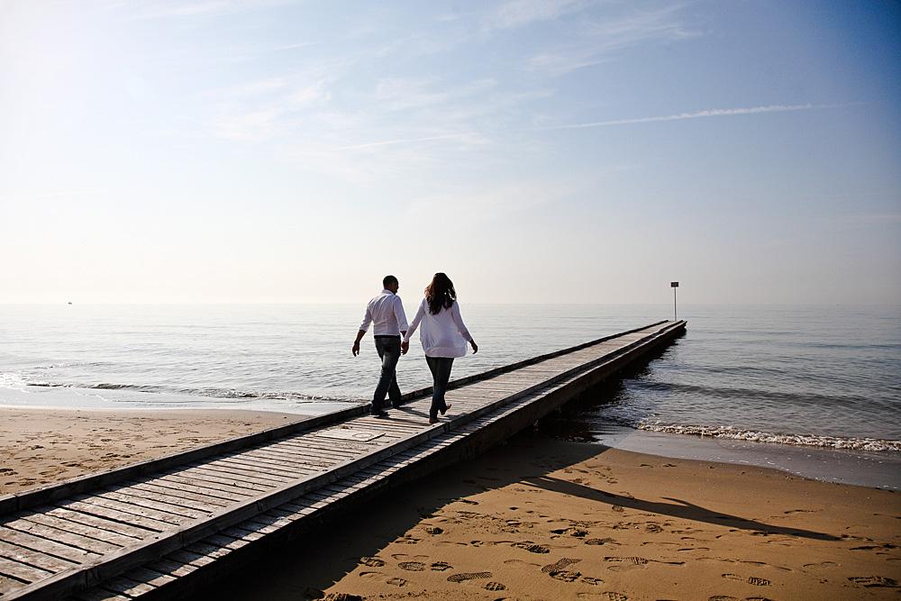 coppia cammina verso il mare, su pontile in spiaggia