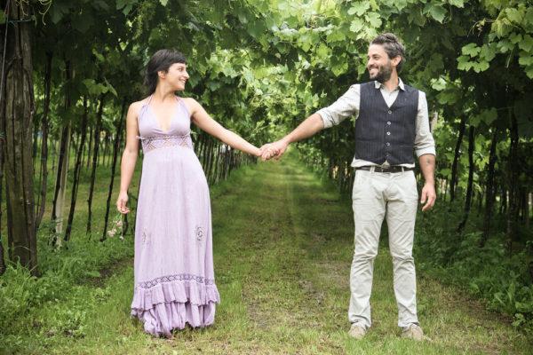 servizio fotografico fidanzamento ragazzo ragazza sorridono tiene mano vigneto colli provincia vicenza