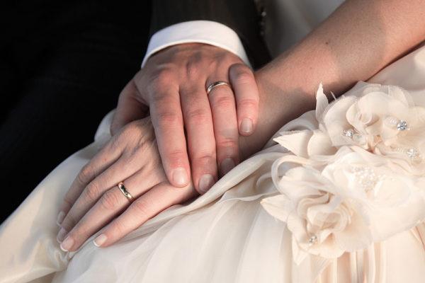 mani con anelli degli sposi
