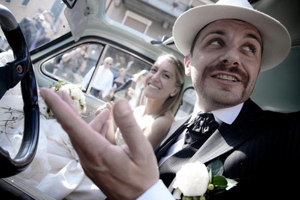 sposi in auto dopo matrimonio