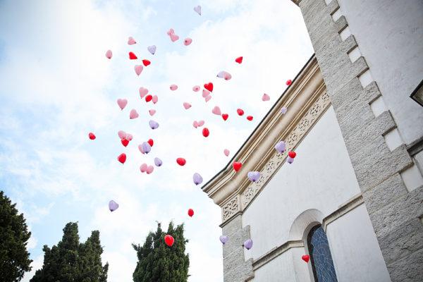 palloncini sopra chiesa