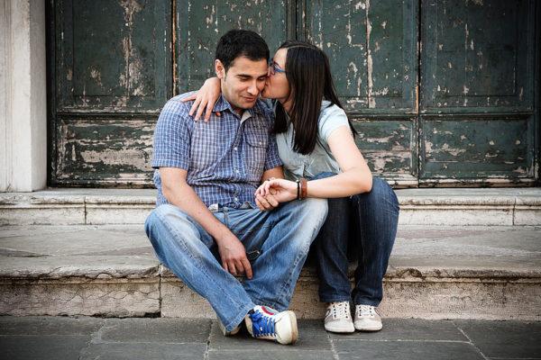 bassano piazza centro fotografo prematrimonio ragazzi bacio portone verde