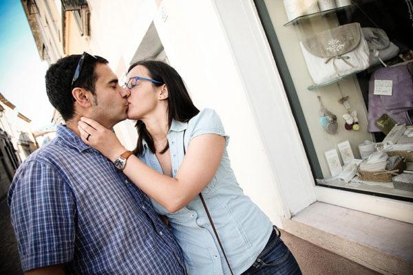 fotografo prematrimoniale coppia bacio bassano