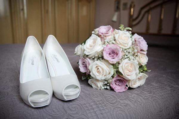 scarpe e bouquet della sposa