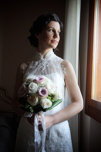 matrimonio-sposa-finestra-bouquet-rose