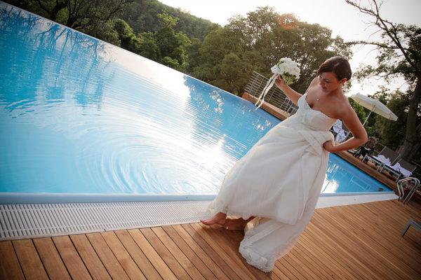 sposa cammina a bordo piscina dell'agriturismo le vescovane a vicenza