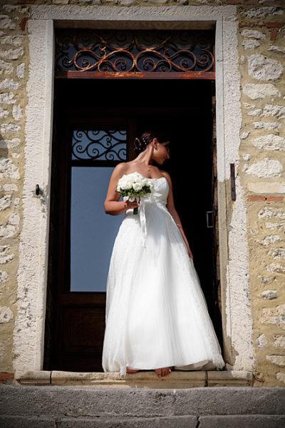 sposa esce dalla porta