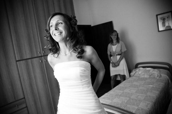 foto-sposa-vestizione-camera-sorriso-matrimonio-vicenza