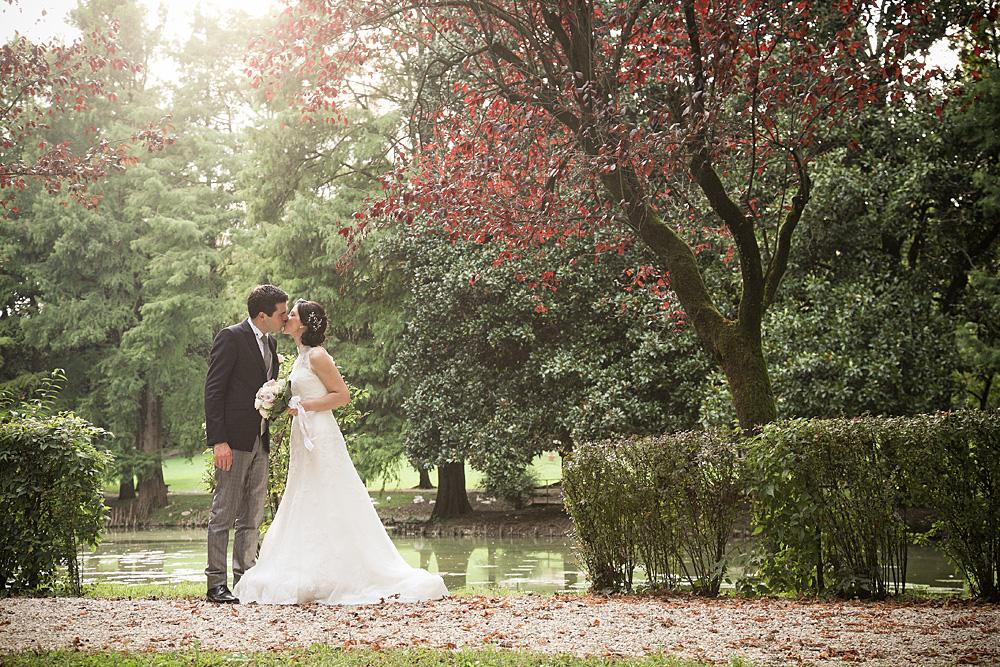 matrimonio-parco-vicenza-sposi-bacio-autunno-foglie-lago