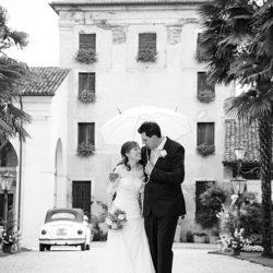 sposi camminano sotto la pioggia a villa ca prigioni di vicenza
